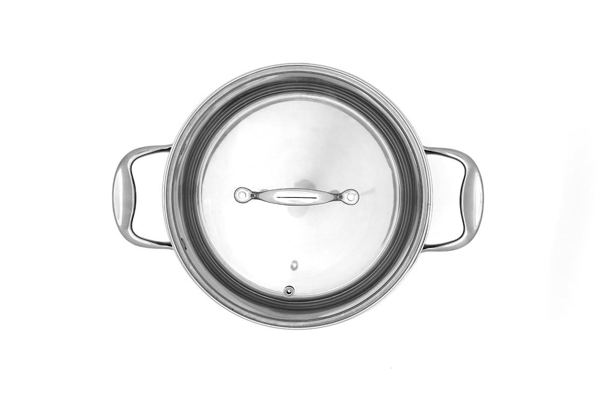צילום סיר נירוסטה על רקע לבן עבור אריזה למוצר - צילום מלמעלה - פוקס הום